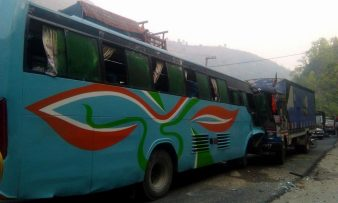 नारायणगढ मुग्लींग सडक खण्डमा बस दुर्घटना १ जनाको ज्यान गयो |