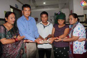 गोर्खाका सुरज गुरुङको उपचारको लागि तमु प्ये ल्हु संघ केन्द्रले आर्थिक सहयोग हस्तान्तरण |