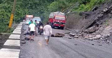 मुग्लिङ्ग नारायणगढ सडकमा ढुंगा खस्न थाले पछी पालैपालो सवारी साधन संचालनमा  
