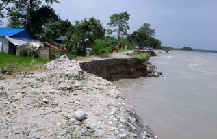 चितवनमा नारायणी नदी १०० मिटर भित्र पस्यो ,स्थानीय त्रसित |