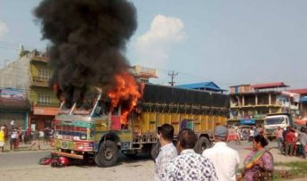 चितवनमा ट्रकको ठक्करबाट एक जनाको मृत्यु ,आक्रोशीत स्थानीयले ट्रकमा आगजानी |
