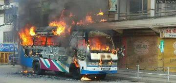 काठमाडौँ सुकेधारामा बाटो काट्ने क्रममा बसको ठक्करबाट एक छात्राको मृत्यु ,बसमा आगजानी ।