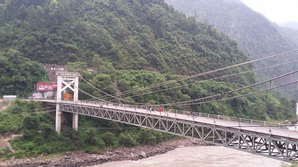 नारायणगढबाट पोखरा जाँदै गरेको चामल बोकेको ट्रक पुलबाट खस्यो ,चालक गम्भीर घाइते ।