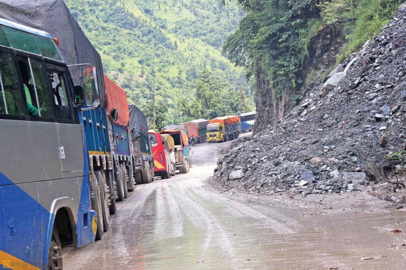 पहिरोका कारण नारायणगढ–मुग्लिन सडक अवरुद्ध